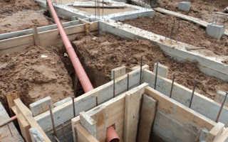 Как проложить канализационную трубу под фундаментом