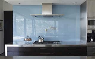 Как правильно крепить стеклянный фартук на кухне